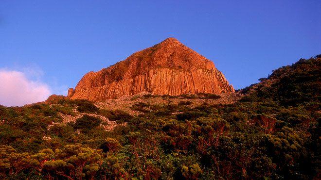 Rocha dos Bordões Lieu: Ilha das Flores nos Açores Photo: Turismo de Portugal