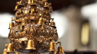 """Pormenor de objeto com sinos&#10Local: Sinagoga """"Shaaré Tikvá"""""""