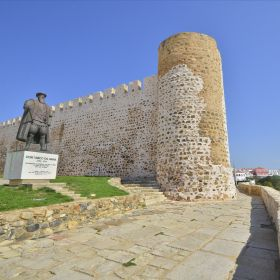 Sines castle and Vasco da Gama statueМесто: Sines castleФотография: Turismo Alentejo