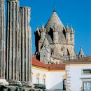 The Roman Temple and the Cathedral of Évora&#10照片: João Paulo