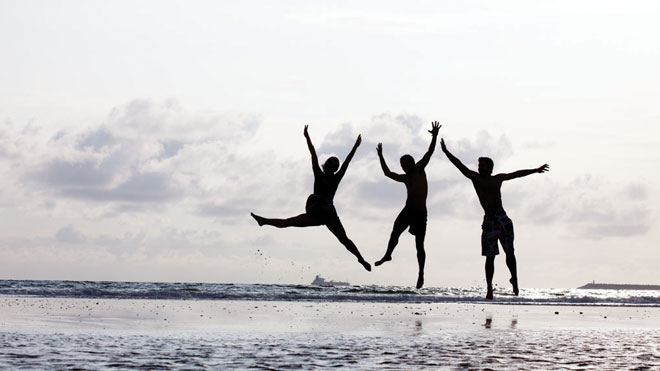 Friends Jumping by the Sea_By Turismo do Alentejo