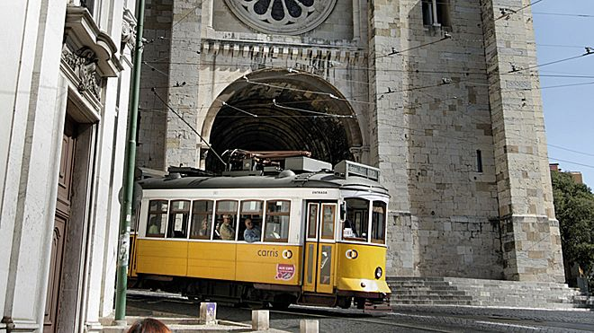 Tram 28 and Romanesque Cathedral&#10Place: Graça&#10Photo: Turismo de Lisboa
