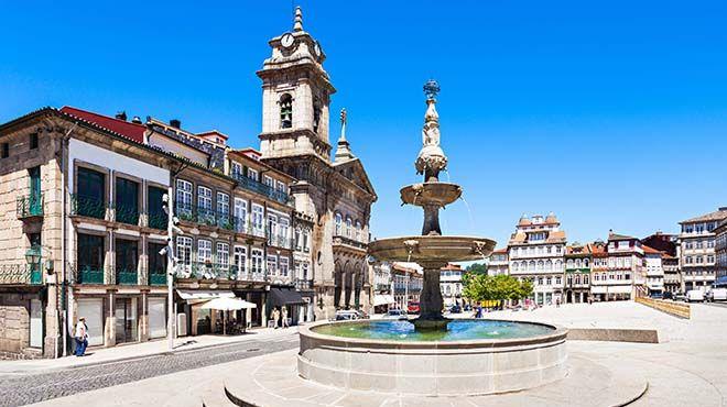 Largo do Toural&#10Local: Guimarães&#10Foto: Shutterstock_saiko3p
