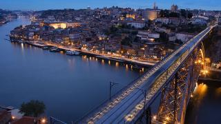 Vista noturna sobre o rio e a cidade&#10Lugar Porto&#10Foto: Município do Porto