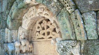 Detalhe de Portal da Igreja de S. Pedro das Águias ou de São Pedro Velho&#10Lieu: Granjinha&#10Photo: Câmara Municipal de Tabuaço