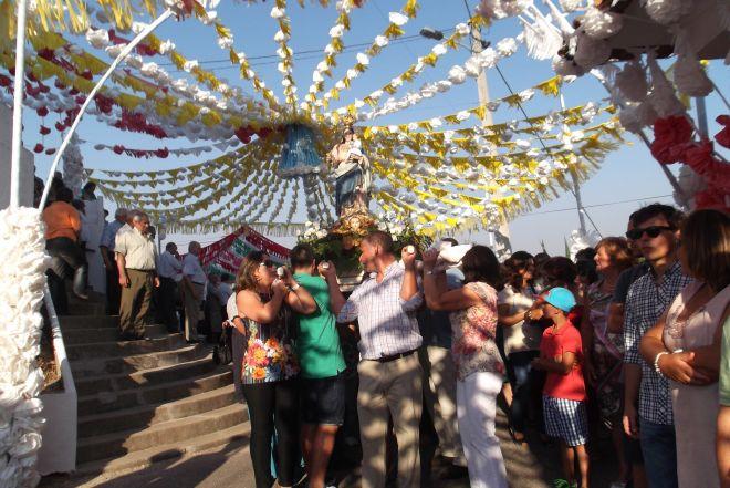 Pereiro de Mação: Andor da Senhora da Saúde inicia a procissão pelas ruas enfeitadas da aldeia...